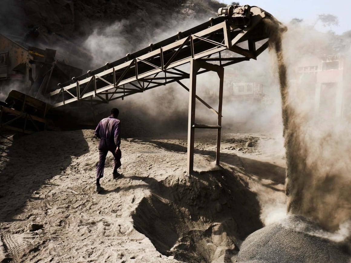 Ein Kieswerk zertrümmert Stein um daraus Sand zu machen.