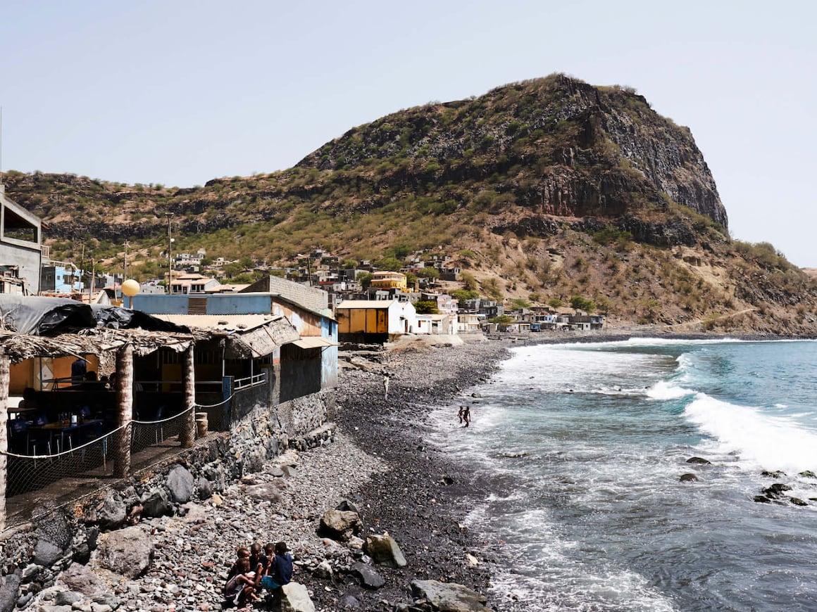 Ribeira da Barca: Das Dorf an der Westküste der Insel Santiago.Hoffnung, auf Sand gebaut wie Gefährlich wird den Sandgräberinnen das Meer