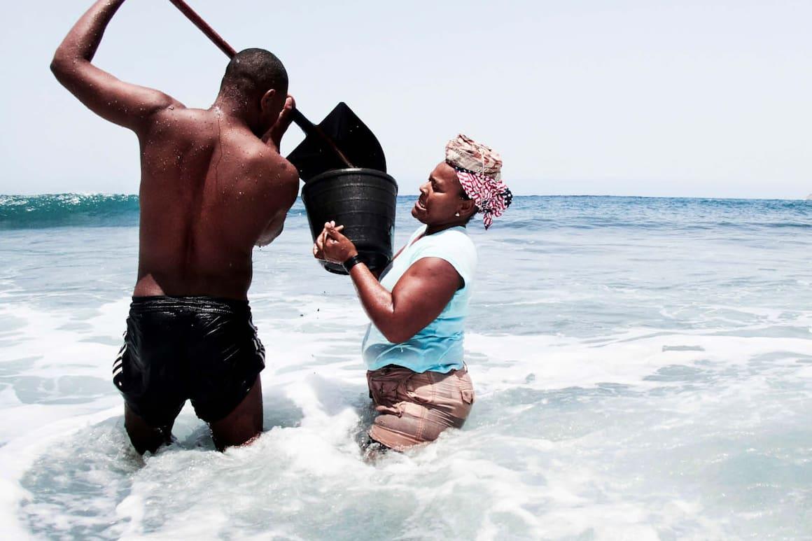 Mit Sand aus dem Meer Geld verdienen.Hoffnung, auf Sand gebaut wie Gefährlich wird den Sandgräberinnen das Meer