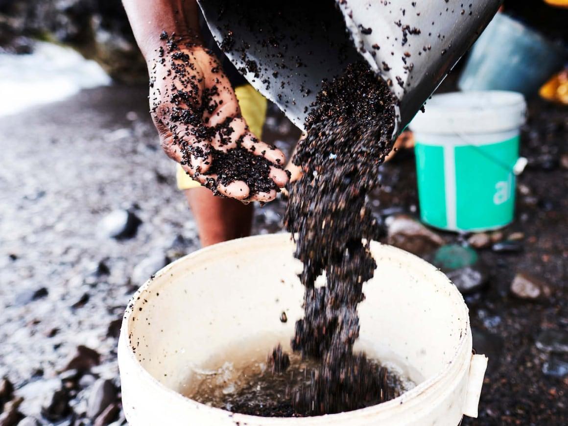 Die letzten Sandkörner werden ausgewaschen.