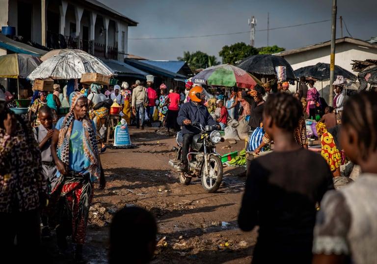 Diamanten, Sierra Leone, Blutdiamanten, Ein buntes Geschäftsleben erblüht in den Seitengassen der Stadt.
